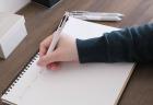 ジェットストリームプライム3色ボールペン ベージュ(SXE3330005.45)で書いているところ