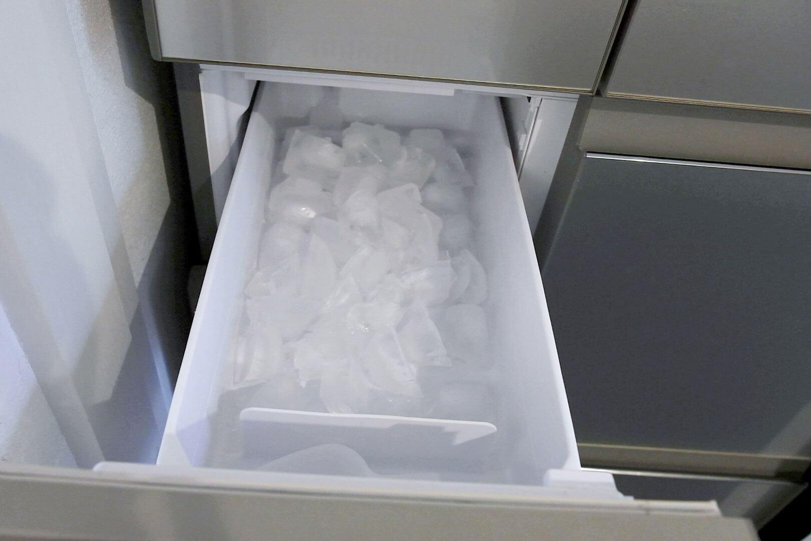 アズマ工業 自動製氷機の汚れ取りま専科を使ったあとの透明の氷