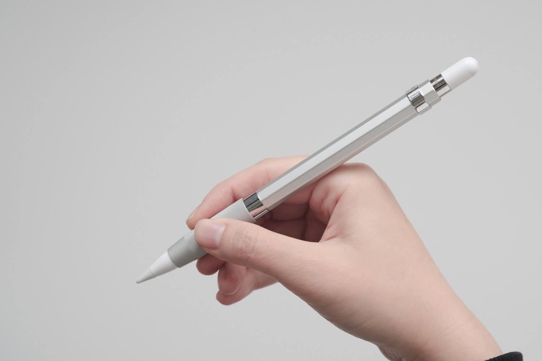 カヴェコ アップルペンシル用グリップ Grip for ApplePencilを持つとこんな感じ。シルバーカラーはシンプルでいい!