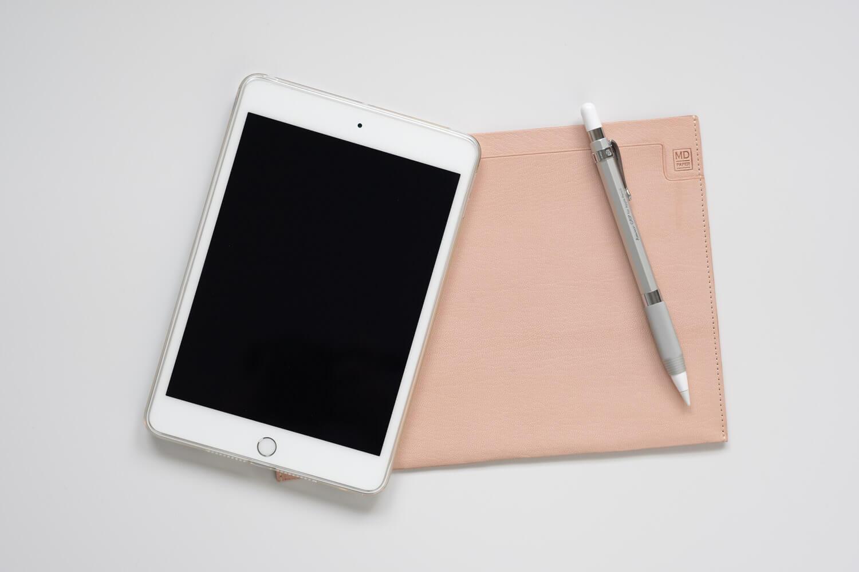 【レビュー】iPad miniのスリーブケースとしてMDノートバッグA5サイズを使っています!ゴートレザーのヌメ革素材で経年変化も
