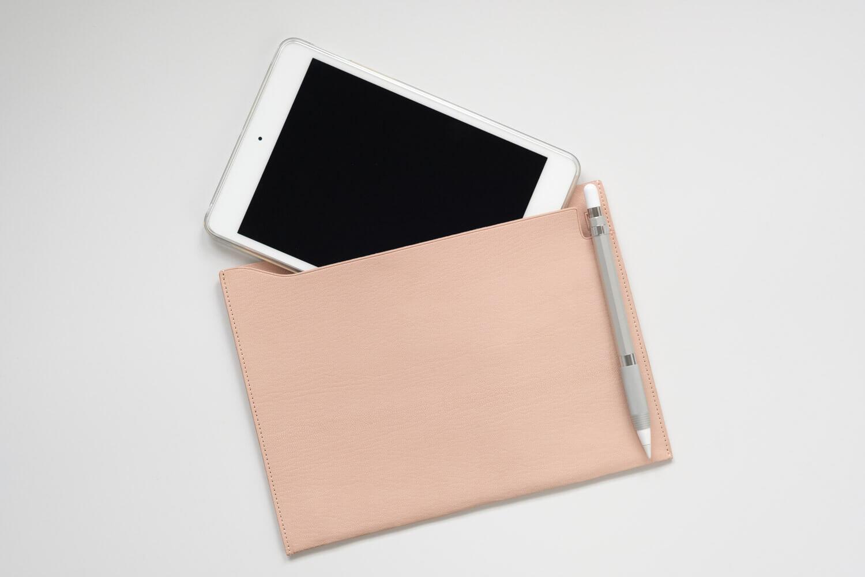 MDノートバッグのヌメ革A5サイズはiPad miniにピッタリなサイズ感。