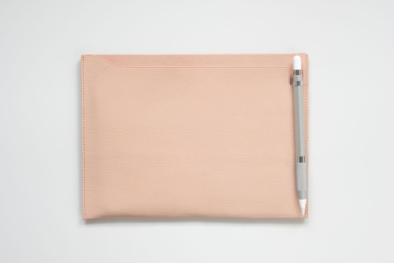 カヴェコ アップルペンシル用グリップ Grip for ApplePencilはMDノートバッグのペン差しの部分にクリップで取り付けました