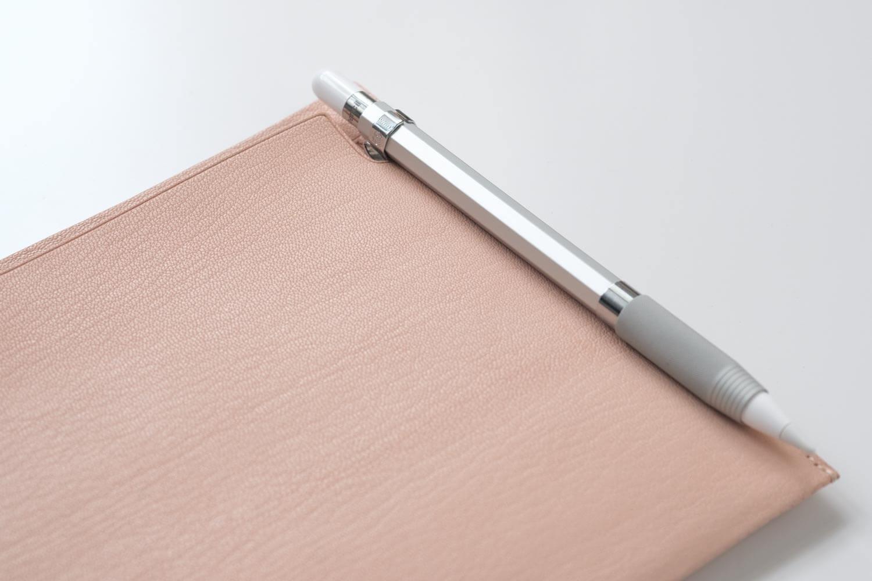 カヴェコ アップルペンシル用グリップ Grip for ApplePencilをMDノートバッグに取り付けるとこんな感じ