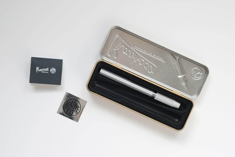 カヴェコ アップルペンシル用グリップ Grip for ApplePencilがブリキケースに入っています。ステッカーや説明書も