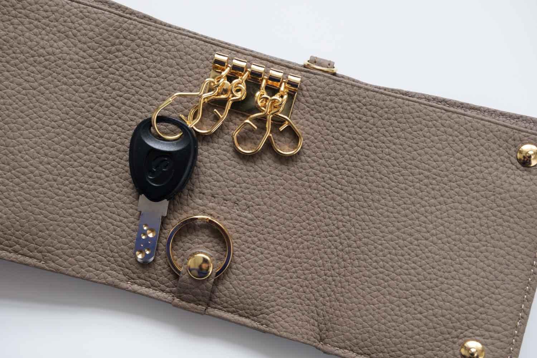 KUBERA9981 シュランケンカーフキーケース付き財布 トープ 鍵をつけたところ