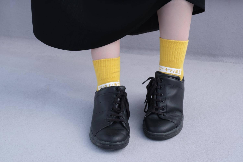 靴下屋サンリオコラボボックスロゴアメリブショートソックスをスカートと合わせたところ(黄色)