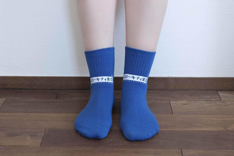 靴下屋サンリオコラボボックスロゴアメリブショートソックスのマリンブルー着用