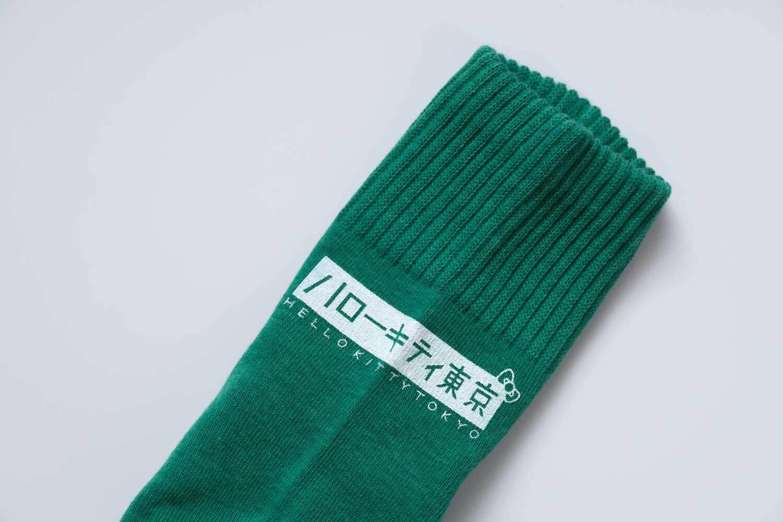 前面のボックスハローキティ東京ロゴがアクセントの靴下屋サンリオコラボボックスロゴアメリブショートソックス