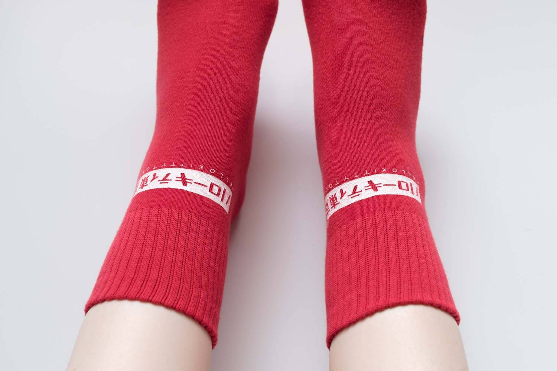 靴下屋サンリオコラボボックスロゴアメリブショートソックスの赤を履いたところ(ロゴ部分)