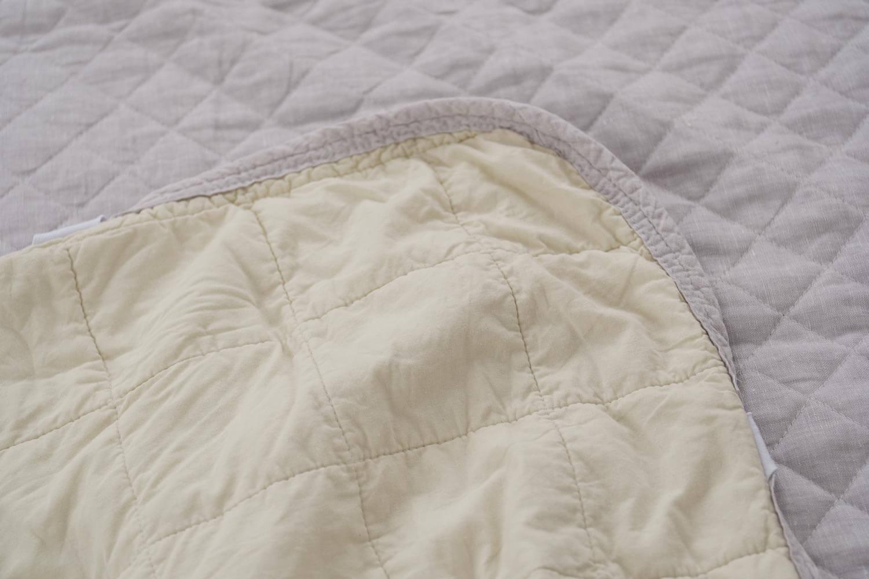 西川リビング 麻敷きパッド 2017年購入の裏側が綿素材と比較 裏側はイエロー系の綿素材でした