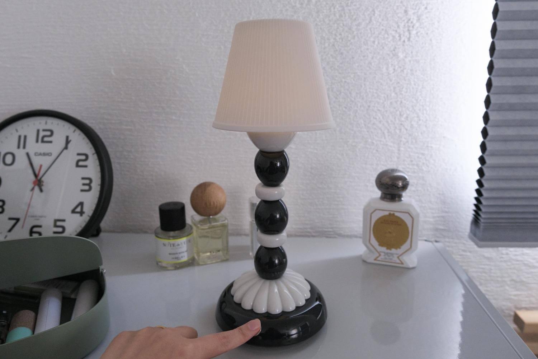 リヤドロ パームファイヤーフライランプはボタン長押しで調光も可能
