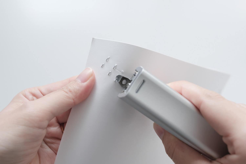 マックス フルメタルホッチキス HD-10Xのリムーバーで針を外す