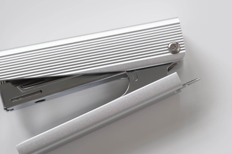 マックス フルメタルホッチキス HD-10X(シルバー)サイドの飾りネジ