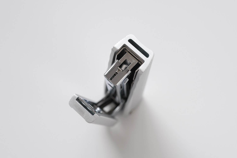 マックス フルメタルホッチキス HD-10X(シルバー)のアルミの押出し成型カバー