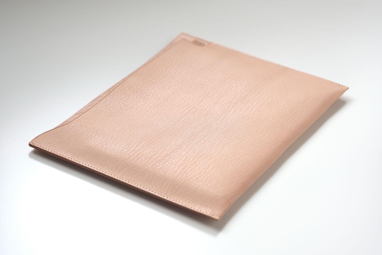 MDノートバッグ ヌメ革 ゴートヌメにiPad mini5を入れるとこれくらいの膨らみができる