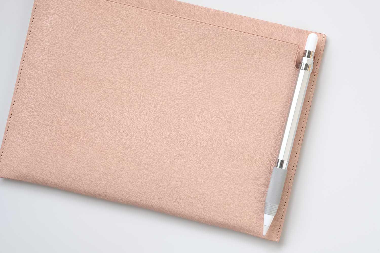 MDノートバッグ ヌメ革 ゴートヌメのペン挿し部分にApple Pencilを挿しています