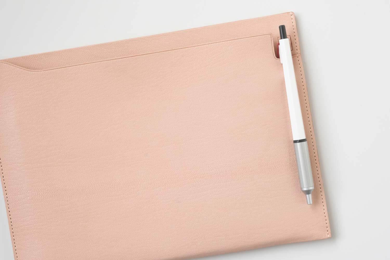 MDノートバッグ ヌメ革 ゴートヌメにはもちろんボールペンも収納可能!ボールペンだとこのようなサイズ感に
