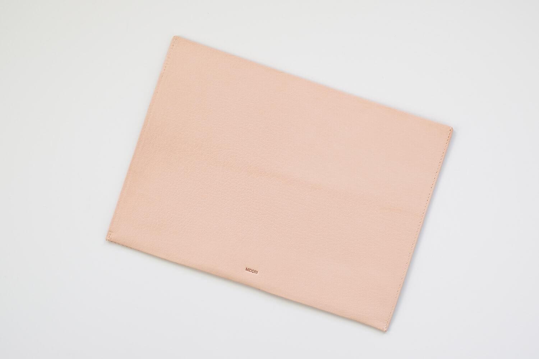 MDノートバッグ ヌメ革 ゴートヌメの開封時の色(裏側)。少し筋があります