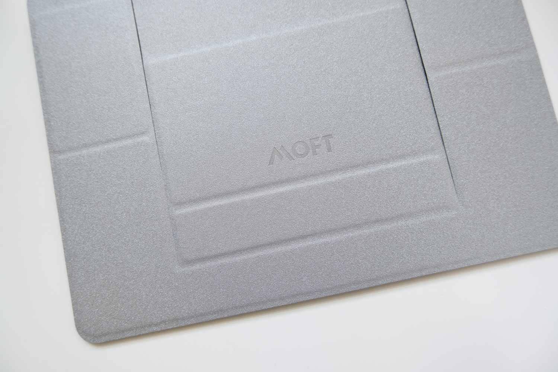 ノートパソコンスタンド MOFT シルバー ロゴと素材感