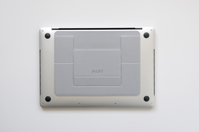 ノートパソコンスタンド MOFT シルバー 13インチMacBookProに取り付けました