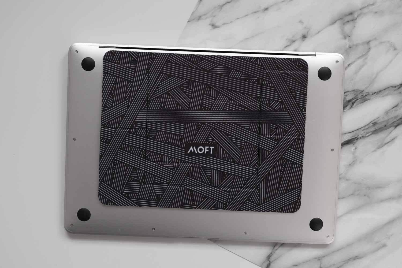 ラップトップPCスタンドMOFTのインターレース柄をMacBookAirに貼り付けたところ