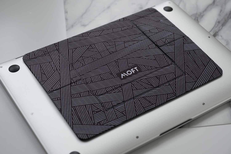ラップトップPCスタンドMOFTのインターレース柄は通常デザインと素材が違う
