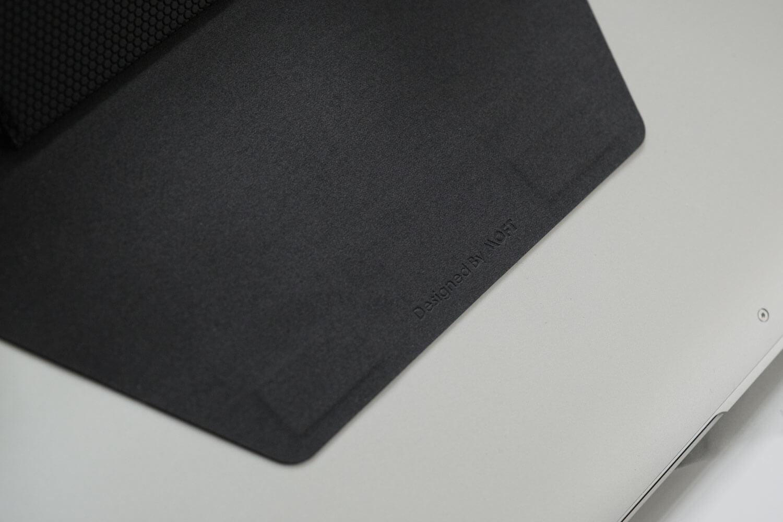 ラップトップPCスタンドMOFTのインターレース柄の接着部分の裏側はスエード調の素材