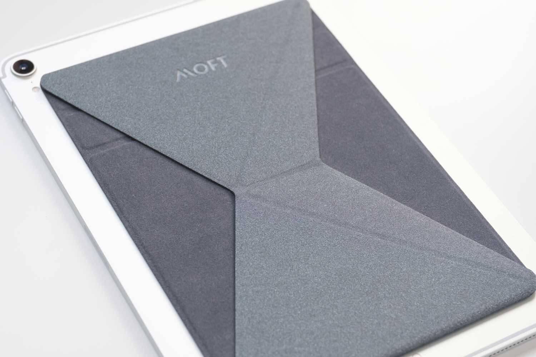 MOFT Xのタブレット用を斜めから見たところ。薄い