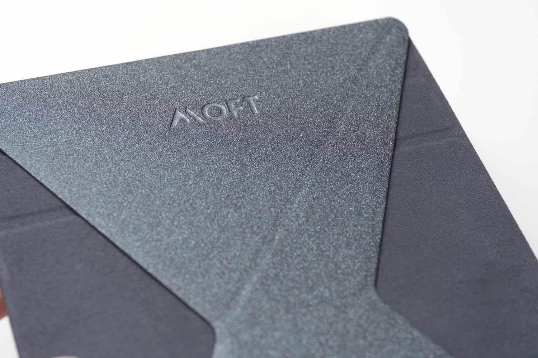 パソコン用のMOFTと同じグラスファイバー素材。カラーはスペースグレー