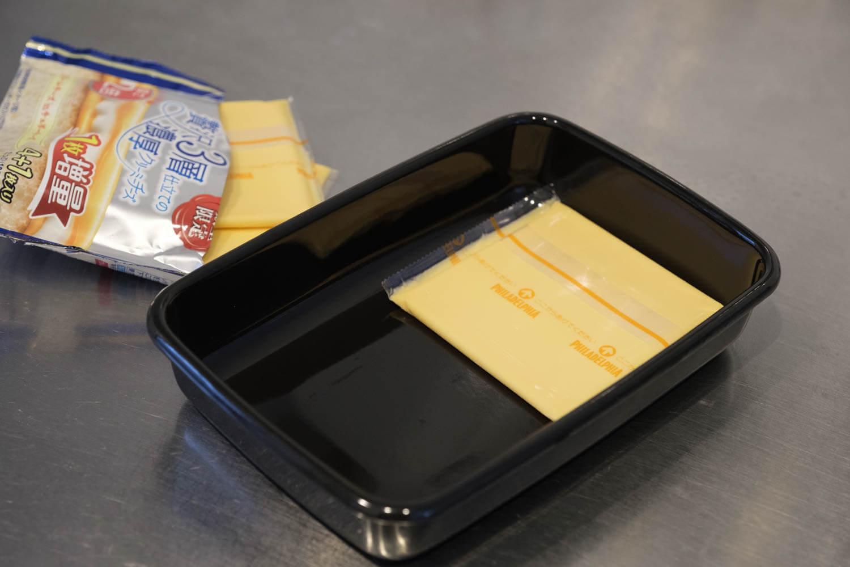 野田琺瑯のムック本 Daily Cooking Book付録の黒いレクタングル浅型Sサイズにスライスチーズを入れたところ