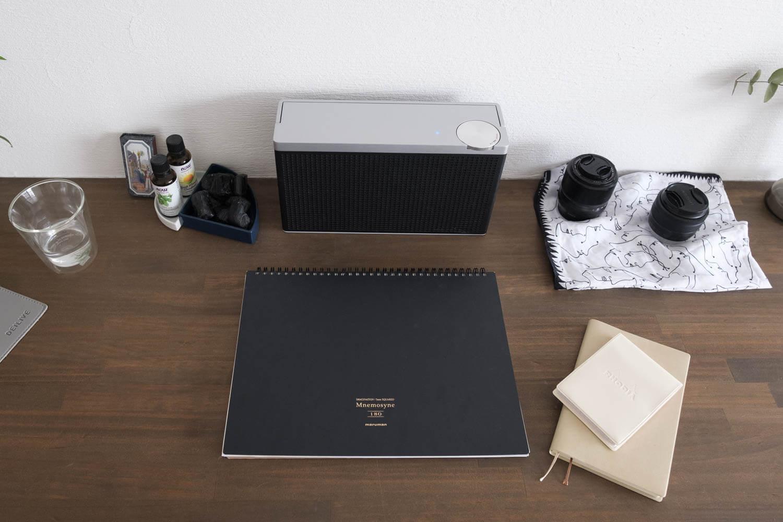 2020年4月のパソコン周り。パソコンの近くにスピーカーとノートを置いている