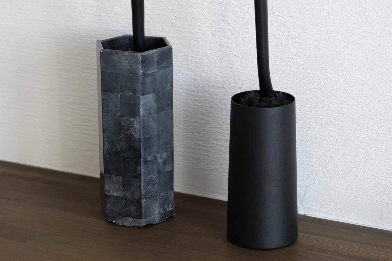 クイックルワイパーハンディ ブラック ロハコ付属と山崎実業 TOWERのハンディモップスタンドと比較