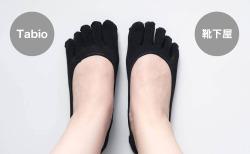 左がTabio(タビオ)のデオセル無地5本指浅履きカバーソックス、右が左が靴下屋デオドラント浅め5本指カバーソックス、右が靴下屋デオドラント浅め5本指カバーソックス(アップ)