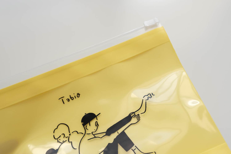 Tabio×長場雄アルファベット刺繍ソックス付属のジップバッグはビニール素材