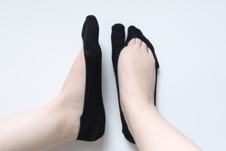 靴下屋の【極浅】足袋カバーソックス 011110126を履いたサイドと正面
