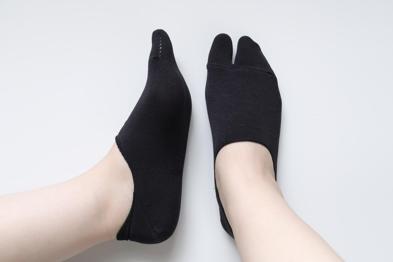 靴下屋の無地足袋深履きカバーソックス 011110134を履いたサイドと正面