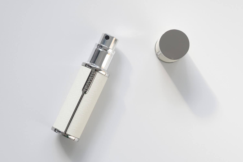 TRAVALO(トラヴァーロ)の香水アトマイザー ミラノ(ホワイト)のキャップを外したところ