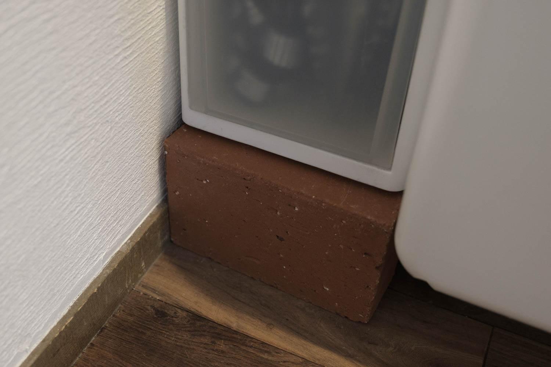 山崎実業 tower(タワー)の洗濯機隙間ラックを使う前のレンガ
