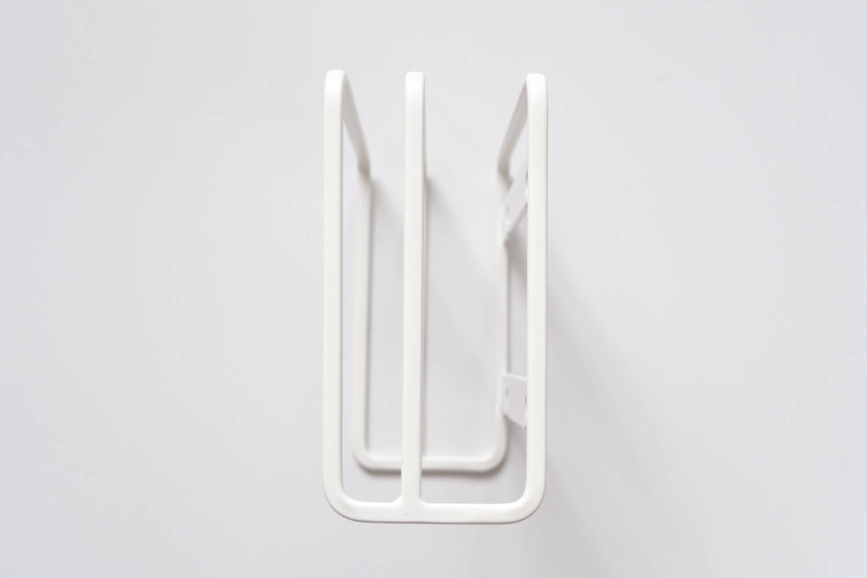 山崎実業 吸盤まな板スタンド 3499は手前1.5cm、奥が2.5cmほどの幅