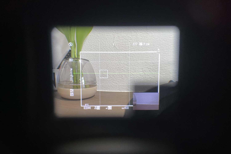 YC Onion X100V用スクエアレンズフードを付けた状態でファインダーを覗いたところ(端にEVF表示あり)