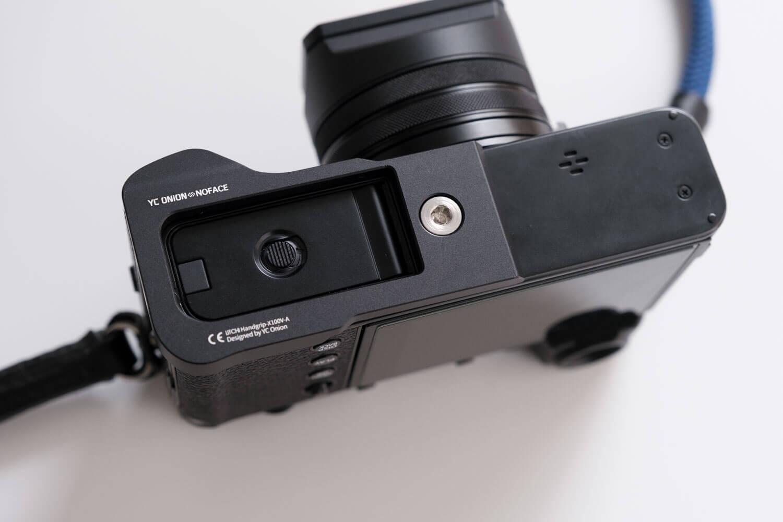 YC Onion X100V用グリップ(黒)をカメラに取り付けたところ(電池パックは取り出せる)