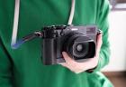 YC Onion X100V用グリップ(黒)をカメラに取り付けている状態(スクエアフードあり)