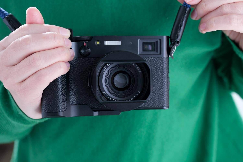 YC Onion X100V用グリップ(黒)をカメラに取り付けて握ったところ(下部)