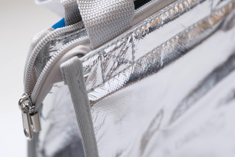 Ziploc × DEAN & DELUCA × BEAMS COUTUREトリプルコラボのクーラーバッグの持ち手の付け根のステッチ
